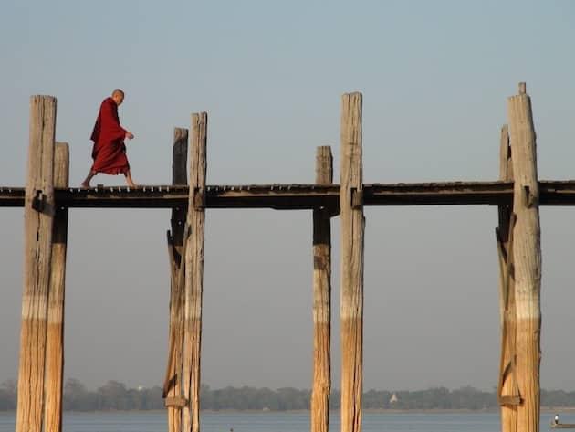 Moine sur le pont en teck le plus long du monde u bein birmanie
