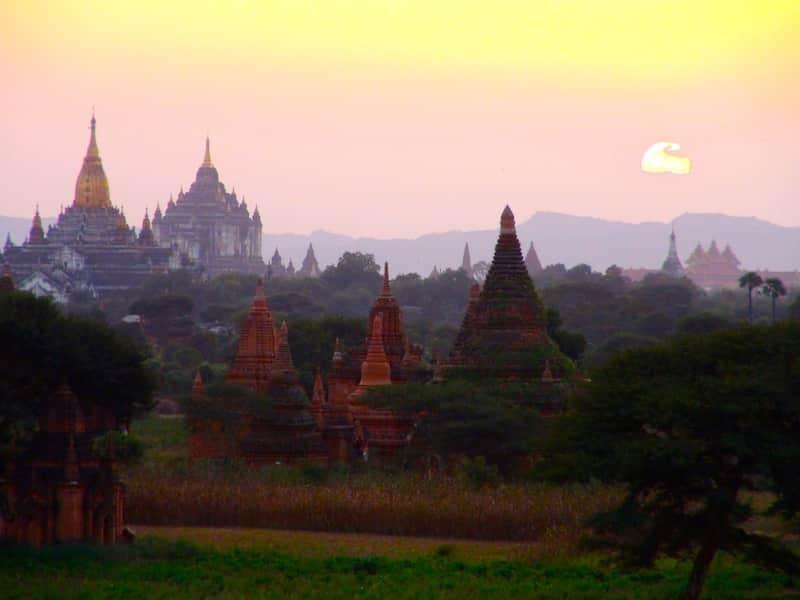 coucher de soleil vallee des 2000 temples bagan birmanie