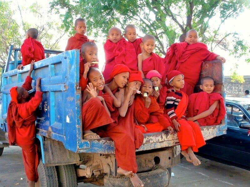 enfants moines bagan birmanie