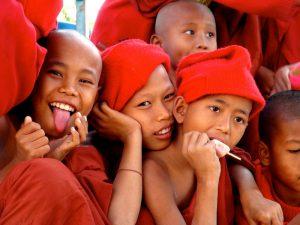 gros plan enfants moines bagan birmanie