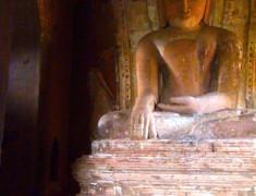 statue bouddha interieur temple bagan
