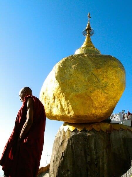 moine devant le rocher d or Kyaikhto Myanmar
