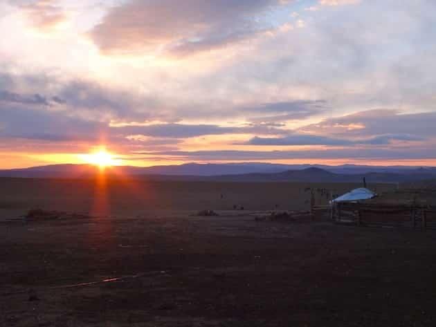 yourt lever de soleil sur la steppe mongolie