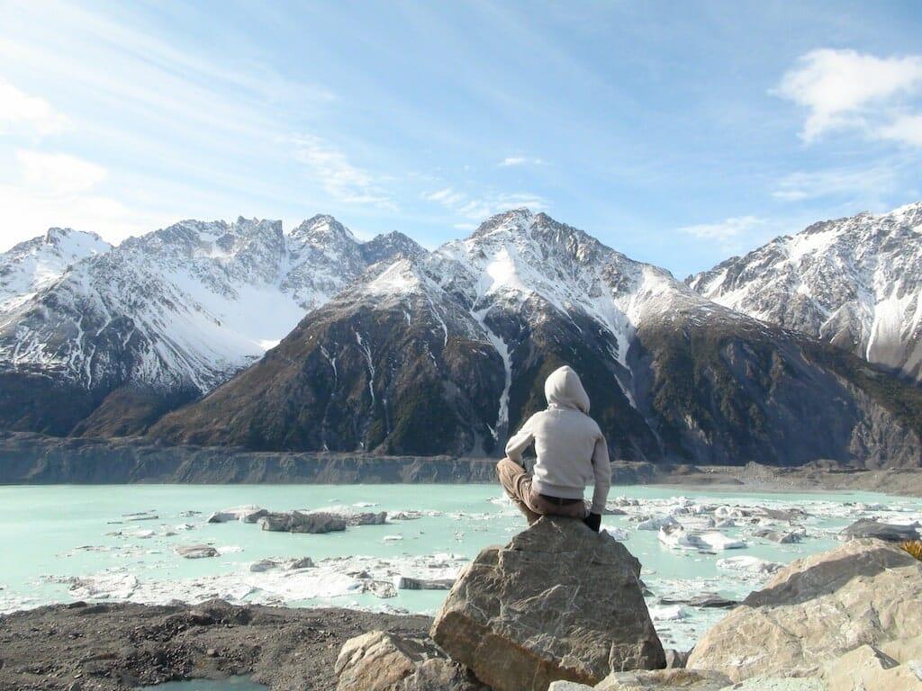 alex devant les montagne du mont cook nouvelle zélande