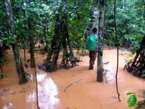 Alex les pieds dans la boue parc national de Madidi Bolivie