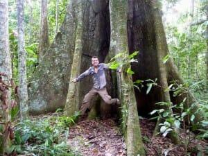 alex au pied d'un arbre géant parc national de Madidi Bolivie