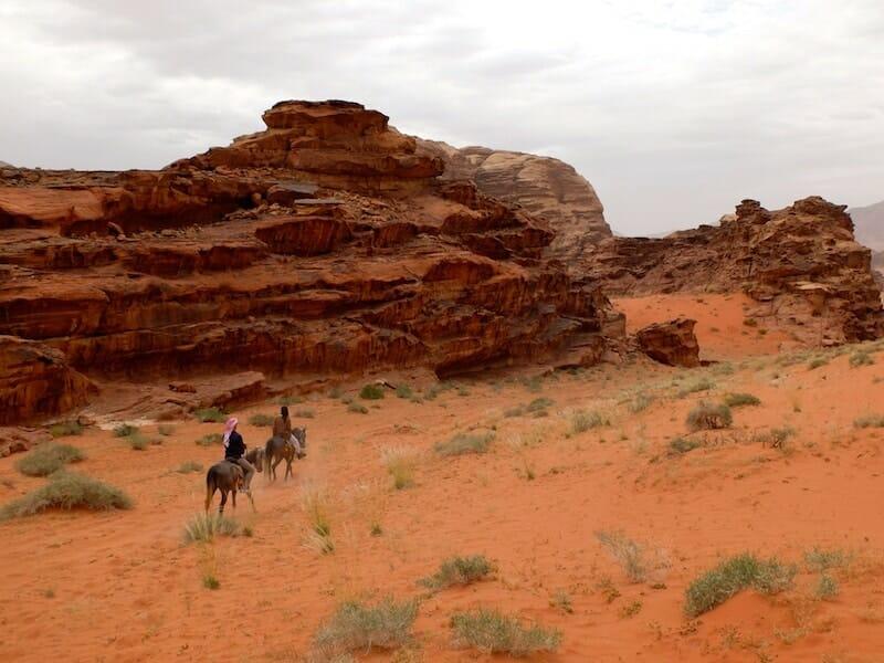randonnée à cheval wadi rum jordanie sable