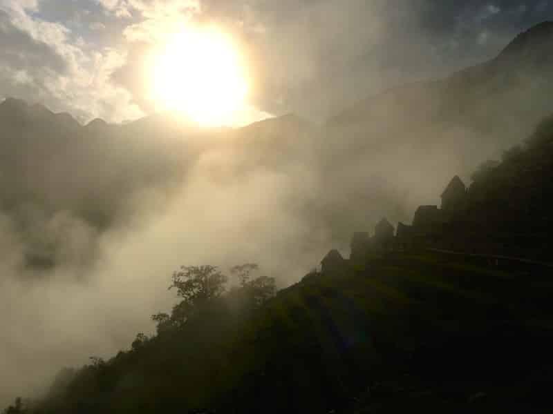 lever de soleil sur les ruines du machu picchu