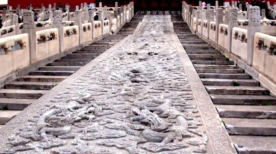 escalier et sculture cite interdite