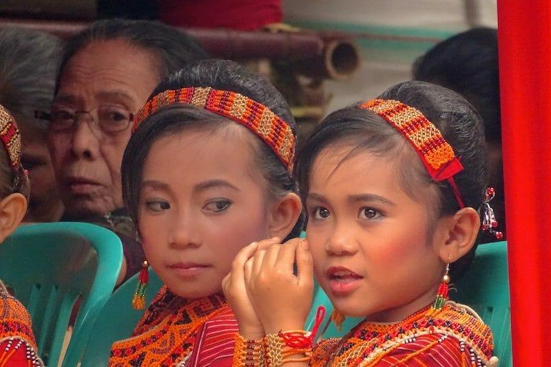 jeunes filles cérémonie toraja
