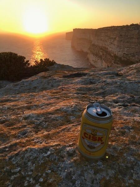 Petite bière locale posé au bord des falaises de Ta Cenc, tranquille.