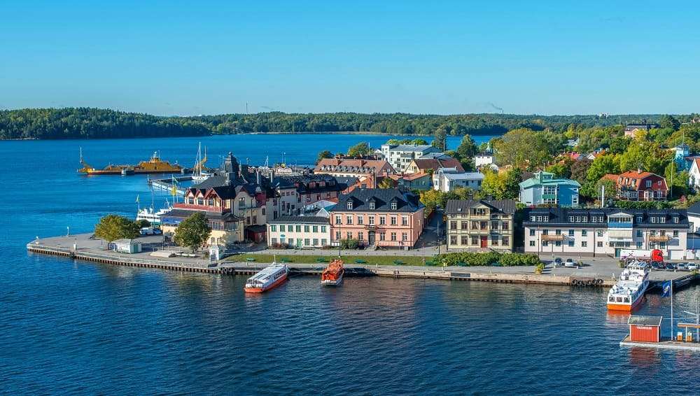 Vaxholm archipel de Stockholm - crédits photo https://www.wallpaperup.com/349148/Sweden_Houses_Rivers_Stockholm_Vaxholm_Cities.html