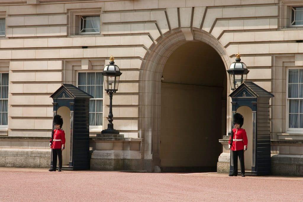 visiter buckingham palace gardes