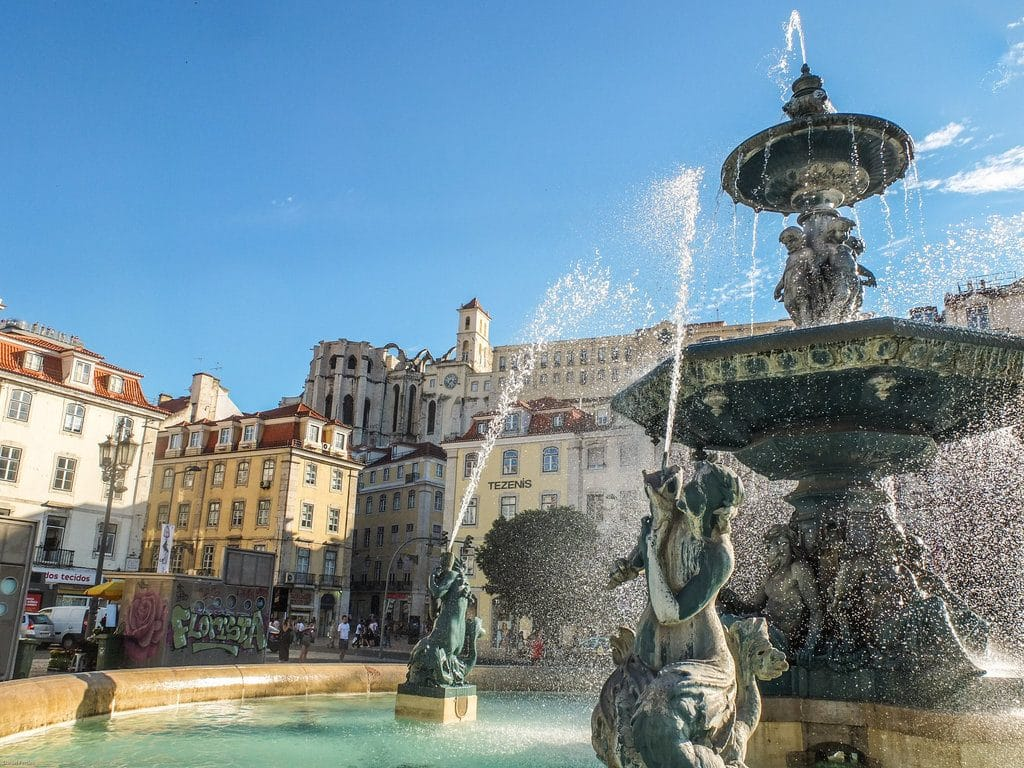 Lisbonne et la place de Rossio avec sa gare