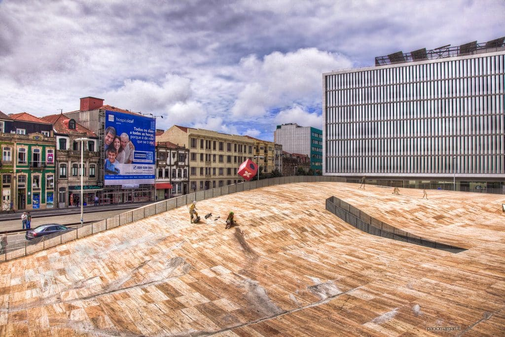 Porto vue sur la Casa da Musica et son esplanade pour le skateboard