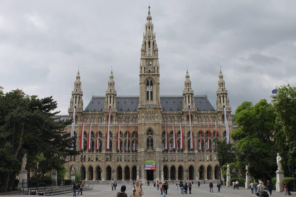 Vienne l'hôtel de ville et sa jolie place