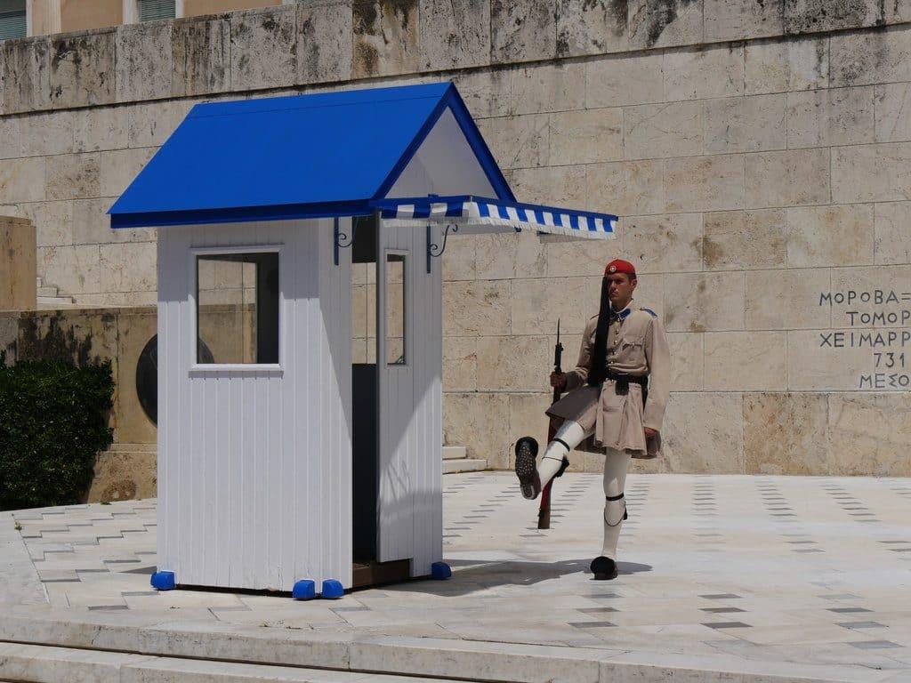 Athènes la place Syntagma et la garde Républicaine qui protège le Parlement
