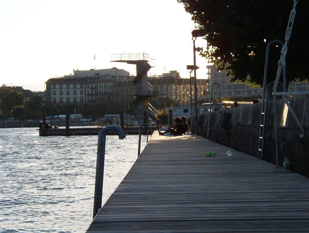 Genève l'agréable plage du Paquis pour se baigner et se désaltérer