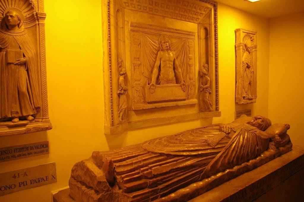Les grottes sacrées du Vatican et les tombes papales