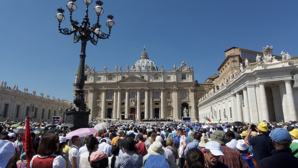 Allocution du pape sur la place Saint Pierre le mercredi