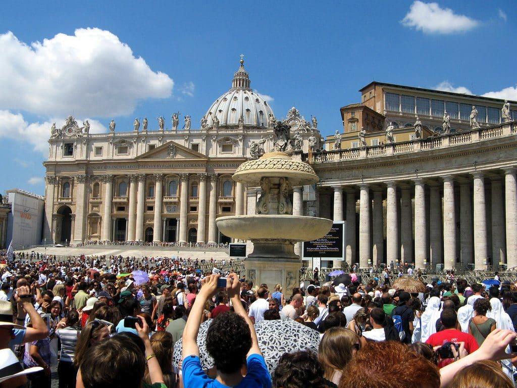 La foule sur la place Saint Pierre