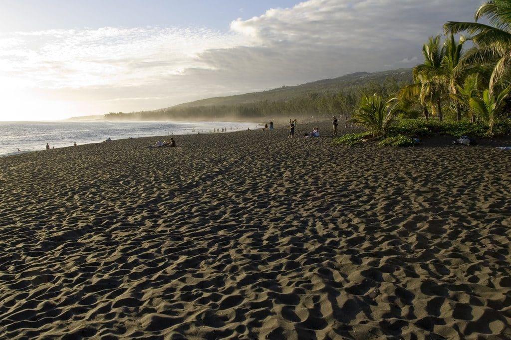 La plage de l'etangs salé et son sable noir