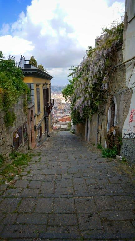 La rue aux escaliers, pedamentina