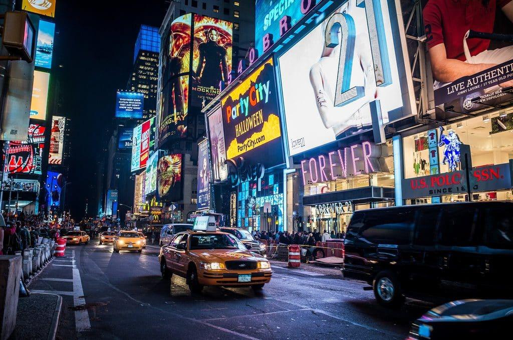 Le boulevard de Times Square la nuit