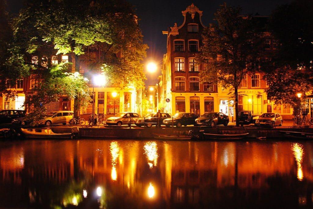 Les canaux à Amsterdam le soir
