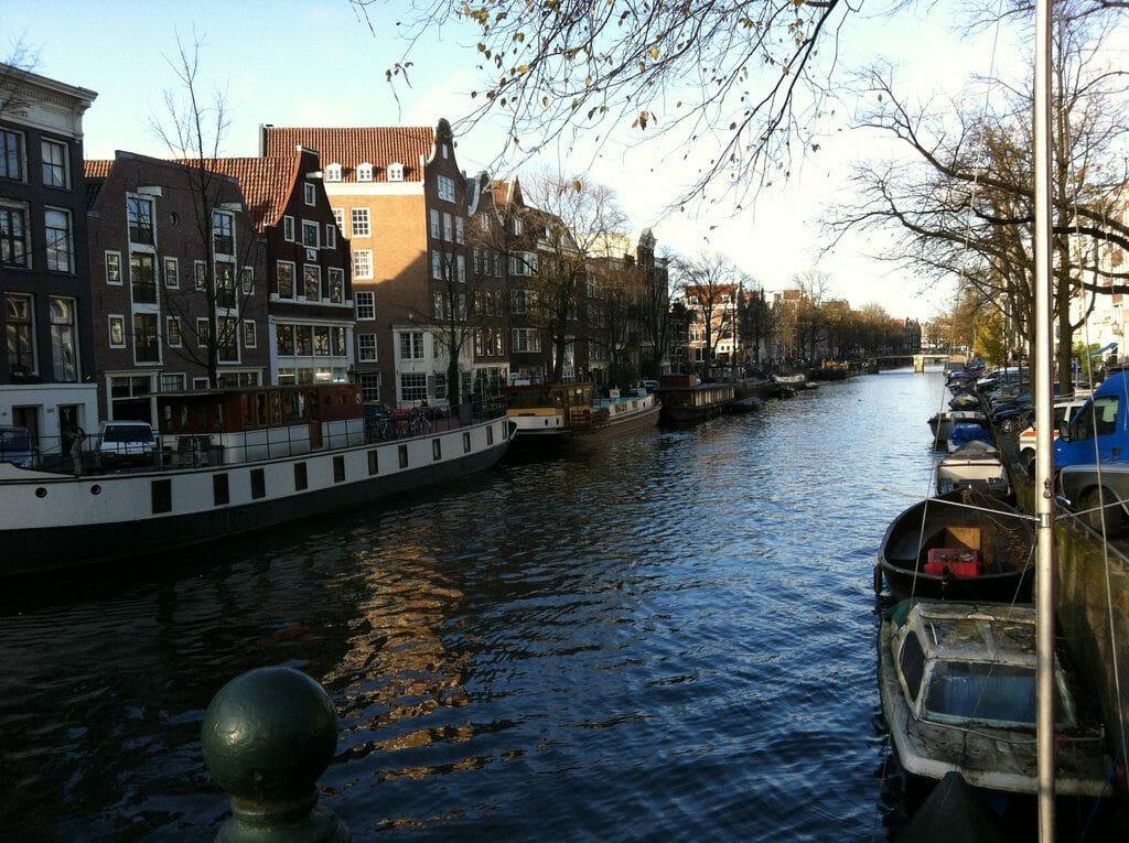 Vue des jolies maisons typiques depuis l'un des canaux à Amsterdam