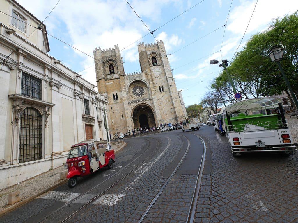 visites guidées de Lisbonne en français : tuk tuk devant la cathédrale Sé de l'Alfama