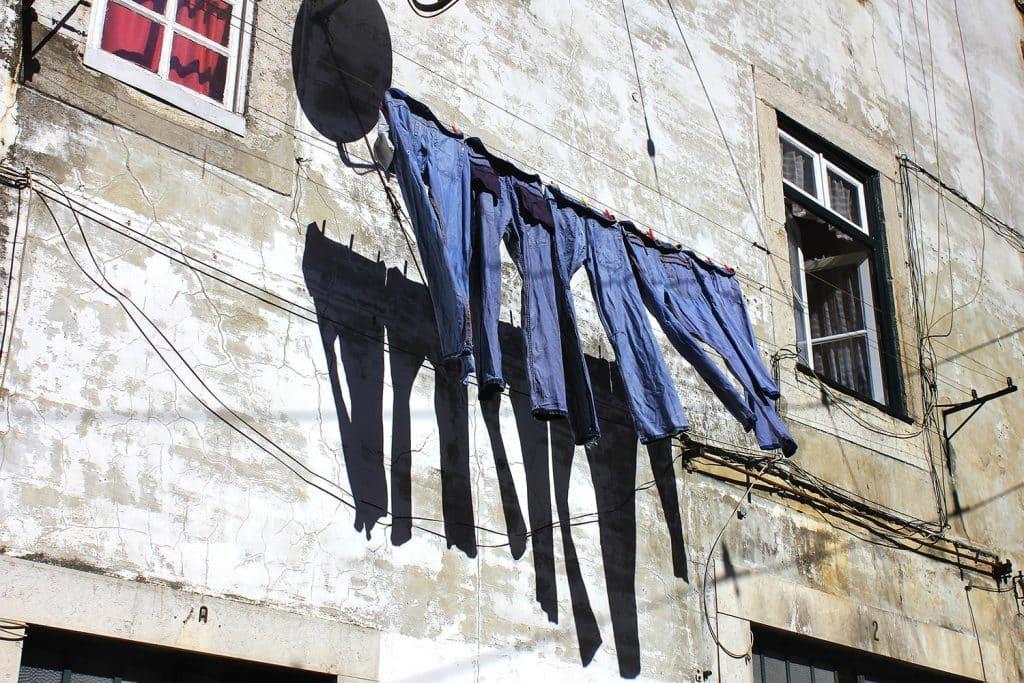visite guidée à Lisbonne en français : pantalons suspendus