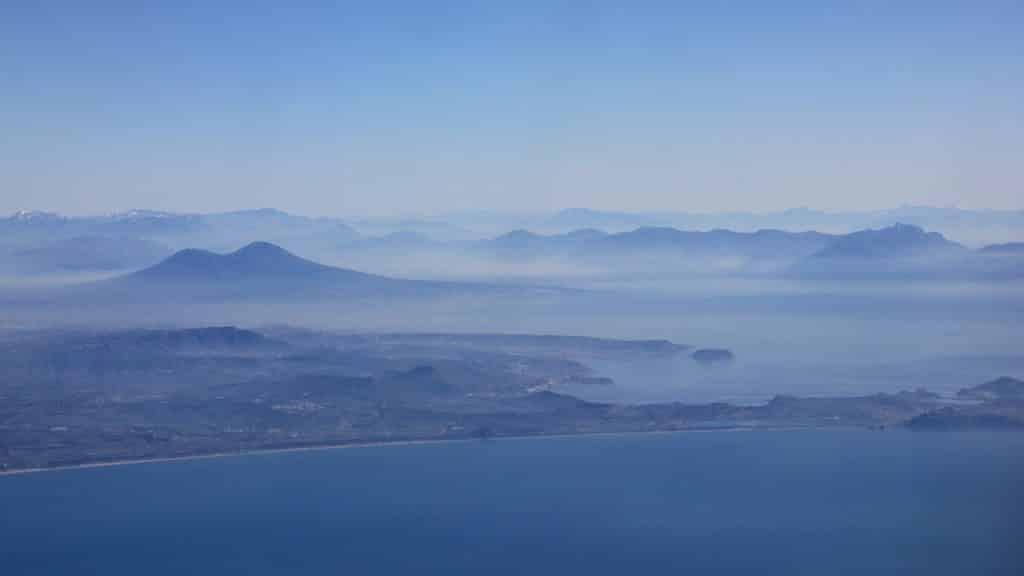 itinéraire pour visiter naples vue aérienne sur le Vésuve