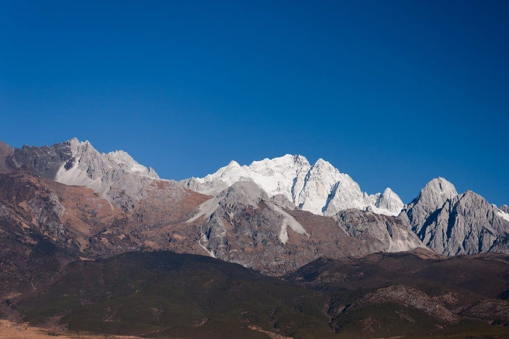 La ville Shangri La et ses sommets enneigés fabuleux