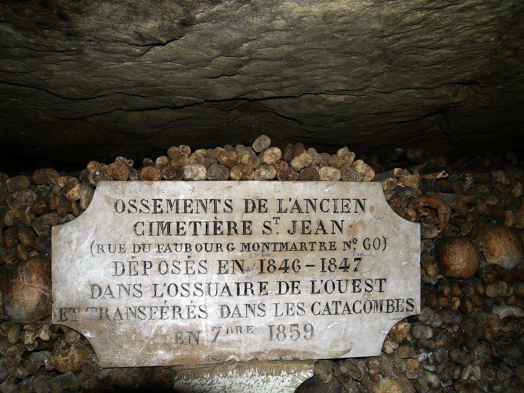 Plaque de l'Ossuaire de Paris : les catacombes