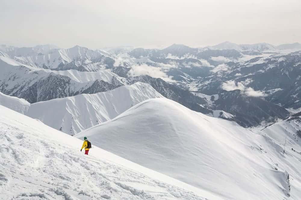 Gudauri - crédits photo https://thefamilywithoutborders.com/de/skifahren-kaukasus-georgien-gudauri-2015-03-07/skiing-in-gudauri-georgia-10-2/