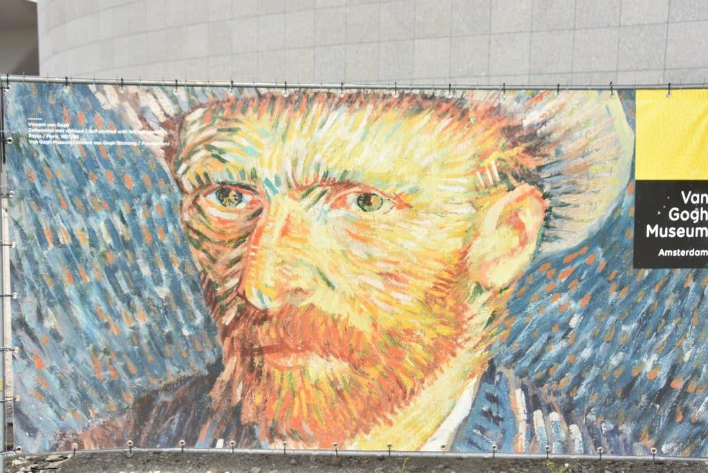 Publicité pour le musée Van Gogh avec l'autoportrait de l'artiste