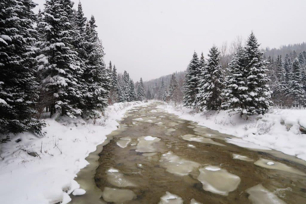 quebec en hiver L'incontournable patins à glace sur les rivières gelées
