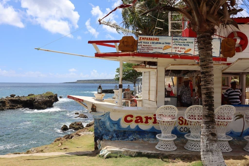 la glace au bar en forme de bateau republique dominicaine