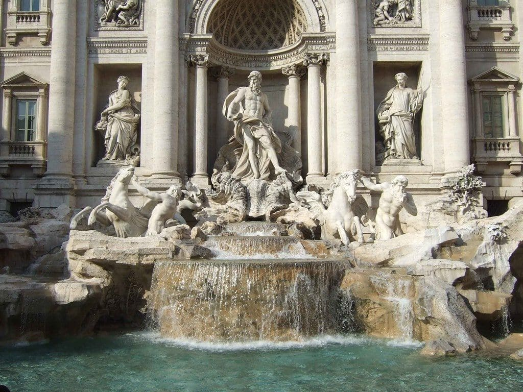 decorations fontaine trevi rome